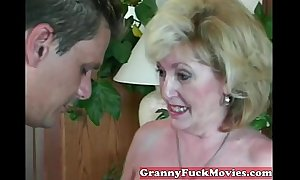 Experienced granny engulfing non-professional rod